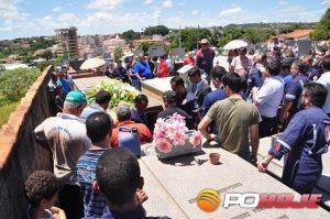 Pai e filhos sendo sepultados no Cemitério Municipal de Presidente Olegário (Foto: Aislan Henrique - Patos Agora)