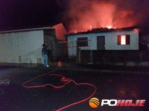 Casa pegando fogo no bairro Saltador