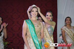 Rainha Flávia recebendo a coroa da ex-rainha Larissa