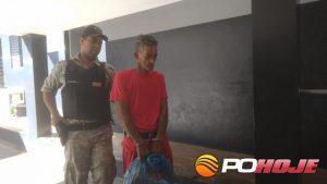 Suspeito Nilson Ferreira Barbosa, de 46 nos, sendo levado para o presídio (Foto: Toninho Cury)