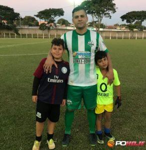 Artilheiro Saulo da Vargem Grande com 11 gols ladeado pelos seus filhos