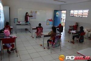 Alunos da na sala de aula na Escola M. Girlene Graçano